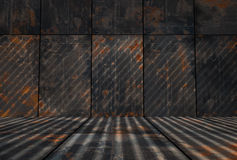 Dunkler Grungy Rusty Metal Room Stockfoto