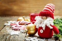 Dunkler hölzerner Hintergrund mit Santa Claus- und Weihnachtsball Lizenzfreie Stockfotografie