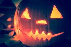 Dunkler heller verärgerter Gesichtsfall der Halloween-Kürbislaternen Lizenzfreies Stockbild