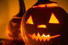 Dunkler heller verärgerter Gesichtsfall der Halloween-Kürbislaternen Stockbild
