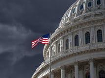 Dunkler Himmel über US-Kapitol-Gebäude lizenzfreie stockfotos