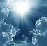 Dunkler Himmel mit Sonne Stockfoto