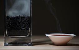 Dunkler Hintergrund des schwarzen heißen chinesischen Teeschalen-Rauchholztischs niemand lizenzfreies stockfoto