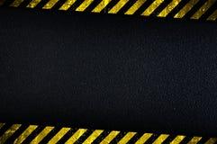 Dunkler Hintergrund mit gelben Achtungstreifen Lizenzfreie Stockbilder
