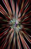 Dunkler Hintergrund von Farbstreifen läuft von der Mitte zu den Rändern auseinander Lizenzfreie Stockfotos