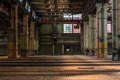 Dunkler industrieller Innenraum Stockbilder