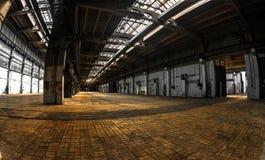 Dunkler industrieller Innenraum Stockfotos