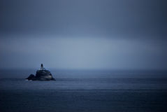 Dunkler Inselleuchtturm Lizenzfreie Stockfotos