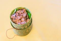 Dunkler klebriger Reis innerhalb des Bambusbehälters Gekochtes schwarzes klebriges Lizenzfreie Stockfotos