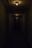 Dunkler Korridor mit glühenden Lampen Stockbild
