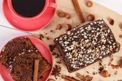 Dunkler Kuchen mit Schokolade, Kakao und Pflaume stauen, Tasse Kaffee, köstlicher Nachtisch Lizenzfreies Stockbild