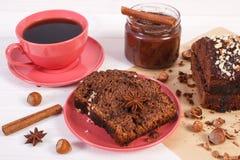 Dunkler Kuchen mit Schokolade, Kakao und Pflaume stauen, Tasse Kaffee, Konzept des köstlichen Nachtischs Lizenzfreies Stockbild