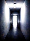 Dunkler leerer Korridor Stockbild