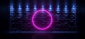 Dunkler leerer Raum mit den Blaulichtern, die in den alten Felsen-Ziegelstein glühen, rösten Stock Abbildung