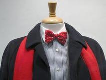Dunkler Mantel mit rotem Schal und bowtie Lizenzfreie Stockfotos