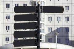 Dunkler Metallschildposten des leeren Zeigerstraßenhausfensters weiß stockbild