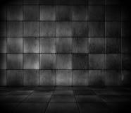 Dunkler mit Ziegeln gedeckter Raum Stockfotos