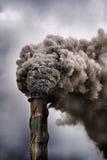 Dunkler Rauch, der in die Atmosphäre ausläuft Stockbild