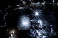 Dunkler Raum mit einem hellen Stern, der die Oberflächen der Planeten und des Nebelflecks belichtet Stockbild