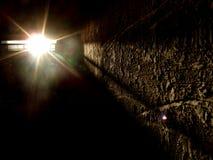 Dunkler Raum mit Scheinwerfer Stockfotos
