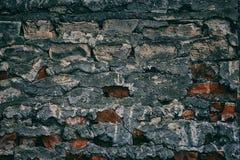 Dunkler Retro- Schmutzhintergrund alten verwitterten vergipsten Ziegelstein wa Stockfotografie
