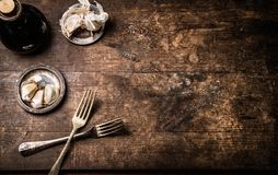 Dunkler rustikaler gealterter hölzerner Lebensmittelhintergrund mit Tischbesteck und Gewürz, Draufsicht mit Kopienraum für Ihr De stockfotografie