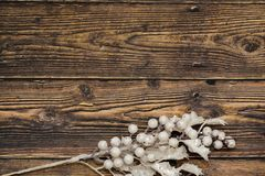 Dunkler rustikaler Holztischhintergrund mit weißer Niederlassung stockfotos
