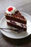 Dunkler Schokoladenkuchen auf hölzernem Hintergrund Stockbild