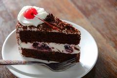 Dunkler Schokoladenkuchen auf hölzernem Hintergrund Stockfotos