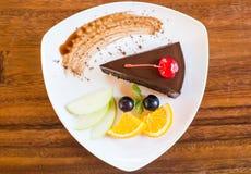 Dunkler Schokoladenkuchen mit Fruchtsatz Lizenzfreie Stockbilder