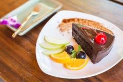 Dunkler Schokoladenkuchen mit Fruchtsatz Lizenzfreies Stockfoto