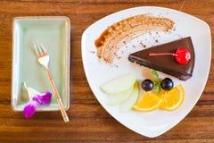 Dunkler Schokoladenkuchen mit Fruchtsatz Stockfotos