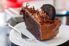 Dunkler Schokoladenkuchen mit Plätzchen Stockbilder