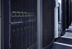 Dunkler Serverraum der großen Daten mit blauer Ausrüstung Lizenzfreies Stockbild