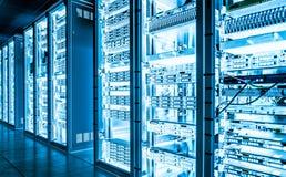 Dunkler Serverraum der großen Daten mit heller Ausrüstung Stockfotos
