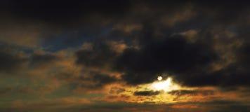Dunkler Sonnenaufgang Stockfoto