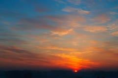 Dunkler Sonnenuntergang in der Stadt. Stockfotografie