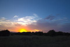 Dunkler Sonnenuntergang im Hügel-Land Stockbild