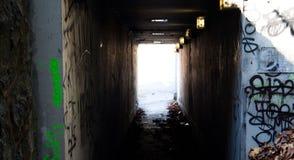 Dunkler städtischer Tunnel Stockfotografie
