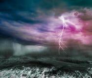 Dunkler stürmischer Ozean Stockfotos