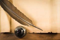 Dunkler Stift mit Tintenfaß auf Papyrus Stockfoto