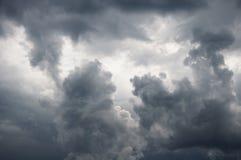 Dunkler Sturmhimmel Stockfoto