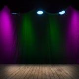 Dunkler Szeneninnenraum mit Scheinwerfern Stockfoto