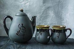 Dunkler Teesatz Asiatische Art Dunkler h?lzerner Hintergrund stockbild