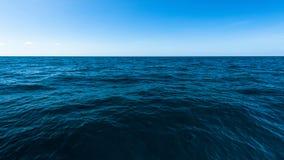 Dunkler tiefer Ozean und blaues Seepanorama Lizenzfreies Stockfoto