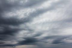 Dunkler, trostloser und deprimierender Herbsthimmelhintergrund Lizenzfreie Stockfotografie