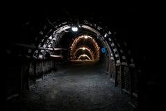 Dunkler Tunnel in der Kohlengrube Stockbilder