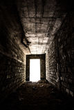 Dunkler Tunnel mit Licht am Ende Stockbild