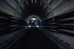 Dunkler U-Bahntunnel mit Zug Lizenzfreies Stockbild