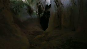 Dunkler und düsterer Höhleneingang